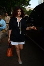 Twinkle Khanna take family out for movie at PVR juhu on 21st Aug 2016 (13)_57bacad03445a.JPG