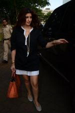 Twinkle Khanna take family out for movie at PVR juhu on 21st Aug 2016 (14)_57bacad1ee662.JPG