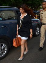 Twinkle Khanna take family out for movie at PVR juhu on 21st Aug 2016 (4)_57bacac801e1e.JPG