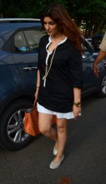 Twinkle Khanna take family out for movie at PVR juhu on 21st Aug 2016 (6)_57bacac99ad90.JPG