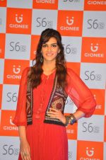 Kriti Sanon launches new mobile Gionee on 22nd Aug 2016 (5)_57bc0e7a98a3c.JPG