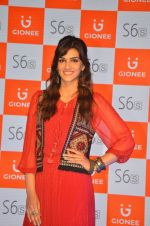 Kriti Sanon launches new mobile Gionee on 22nd Aug 2016 (6)_57bc0e7c99d46.JPG