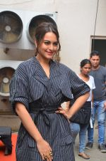 Sonakshi Sinha snapped in Mumbai on 22nd Aug 2016 (17)_57bc105acf1a4.JPG