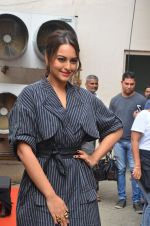 Sonakshi Sinha snapped in Mumbai on 22nd Aug 2016 (18)_57bc105be87fa.JPG