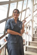 Sonakshi Sinha snapped in Mumbai on 22nd Aug 2016 (29)_57bc1076cbdec.JPG