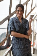 Sonakshi Sinha snapped in Mumbai on 22nd Aug 2016 (52)_57bc10ac9c8bc.JPG