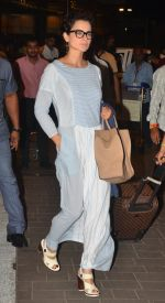 Kangana Ranaut snapped at airport on 23rd Aug 2016 (41)_57bd45e7f0f75.JPG