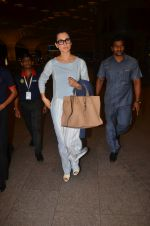 Kangana Ranaut snapped at airport on 23rd Aug 2016 (60)_57bd45d3cc60c.JPG