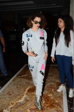 Kangana Ranaut snapped post Lakme show on 23rd Aug 2016 (5)_57bd47f16bb67.JPG