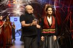 Kangana Ranaut walk the ramp for Tarun Tahiliani Show at Lakme Fashion Week 2016 on 23rd Aug 2016 (71)_57bd3b969dc2f.JPG