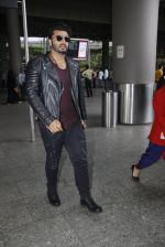 Arjun Kapoor back from cape town on 24th Aug 2016 (11)_57beb55787cb3.JPG