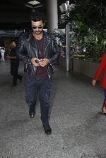 Arjun Kapoor back from cape town on 24th Aug 2016 (14)_57beb561e3493.JPG