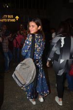 Alia Bhatt snapped at airport on 25th Aug 2016 (21)_57bff7a9d9a00.JPG