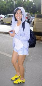Sayani Gupta snapped in H&M hoodie, H &M Tee and NewFeel sneakers on 25th Aug 2016 (6)_57bff4bd155bc.JPG