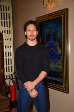 Tiger Shroff at The Flying Jatt premiere on 24th Aug 2016 (43)_57bff2a1c490f.JPG