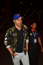Varun Dhawan snapped at airport on 25th Aug 2016 (17)_57bff7ad352f7.JPG