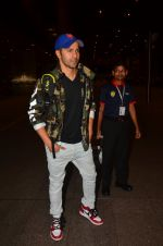 Varun Dhawan snapped at airport on 25th Aug 2016 (18)_57bff7aee9188.JPG