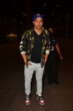 Varun Dhawan snapped at airport on 25th Aug 2016 (20)_57bff7b2a40f6.JPG