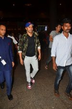 Varun Dhawan snapped at airport on 25th Aug 2016 (23)_57bff7bc68280.JPG