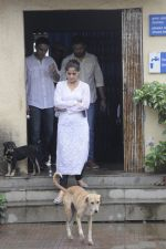 Aarti Singh at Krushna Abhishek_s father funeral on 26th Aug 2016 (36)_57c1030d0d17f.JPG