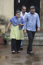 Bharti Singh at Krushna Abhishek_s father funeral on 26th Aug 2016 (19)_57c10314bd5a1.JPG