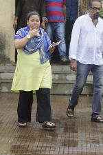 Bharti Singh at Krushna Abhishek_s father funeral on 26th Aug 2016 (20)_57c1031944793.JPG