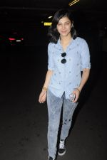 Shruti Haasan snapped at airport on 26th Aug 2016 (15)_57c101f9efb11.JPG