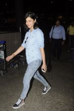 Shruti Haasan snapped at airport on 26th Aug 2016 (23)_57c1020a50737.JPG