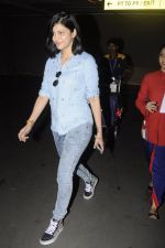Shruti Haasan snapped at airport on 26th Aug 2016 (27)_57c10212a6678.JPG