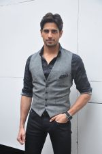 Sidharth Malhotra snapped in Mumbai on 26th Aug 2016 (25)_57c1032f7503c.JPG