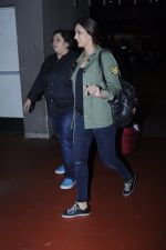 Sonali Bendre snapped at airport on 26th Aug 2016 (31)_57c10208c1b96.JPG