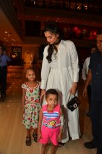 Sonam Kapoor endorses NGO Cuddle charity event on 26th Aug 2016 (30)_57c1045c31a73.JPG