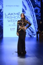 Malaika Arora Khan walk the ramp for Shantanu and Nikhil Show at Lakme Fashion Week 2016 on 27th Aug 2016 (1715)_57c2c74b49b36.JPG