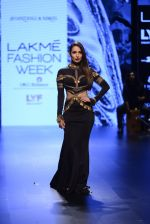 Malaika Arora Khan walk the ramp for Shantanu and Nikhil Show at Lakme Fashion Week 2016 on 27th Aug 2016 (1719)_57c2c755b467e.JPG
