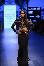Malaika Arora Khan walk the ramp for Shantanu and Nikhil Show at Lakme Fashion Week 2016 on 27th Aug 2016 (1729)_57c2c776a1a48.JPG
