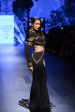 Malaika Arora Khan walk the ramp for Shantanu and Nikhil Show at Lakme Fashion Week 2016 on 27th Aug 2016 (1743)_57c2c79713b62.JPG