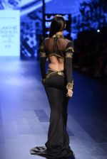 Malaika Arora Khan walk the ramp for Shantanu and Nikhil Show at Lakme Fashion Week 2016 on 27th Aug 2016 (1751)_57c2c7af05459.JPG
