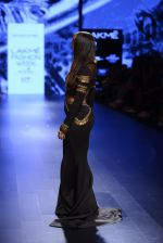 Malaika Arora Khan walk the ramp for Shantanu and Nikhil Show at Lakme Fashion Week 2016 on 27th Aug 2016 (1753)_57c2c7b484dfb.JPG