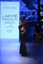 Malaika Arora Khan walk the ramp for Shantanu and Nikhil Show at Lakme Fashion Week 2016 on 27th Aug 2016 (1762)_57c2c7c41afc8.JPG