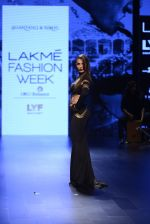 Malaika Arora Khan walk the ramp for Shantanu and Nikhil Show at Lakme Fashion Week 2016 on 27th Aug 2016 (1765)_57c2c7c7ae2b2.JPG