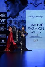 Malaika Arora Khan walk the ramp for Shantanu and Nikhil Show at Lakme Fashion Week 2016 on 27th Aug 2016 (1772)_57c2c7d93b1e8.JPG
