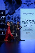Malaika Arora Khan walk the ramp for Shantanu and Nikhil Show at Lakme Fashion Week 2016 on 27th Aug 2016 (1773)_57c2c7df6bb68.JPG
