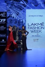 Malaika Arora Khan walk the ramp for Shantanu and Nikhil Show at Lakme Fashion Week 2016 on 27th Aug 2016 (1774)_57c2c7e550db6.JPG