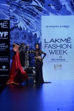 Malaika Arora Khan walk the ramp for Shantanu and Nikhil Show at Lakme Fashion Week 2016 on 27th Aug 2016 (1775)_57c2c7eb0a056.JPG