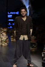 Model walk the ramp for Rajesh Pratap Singh Show at Lakme Fashion Week 2016 on 27th Aug 2016 (503)_57c2df4dc9cb1.JPG