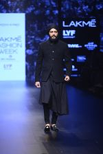Riteish Deshmukh walk the ramp for Shantanu and Nikhil Show at Lakme Fashion Week 2016 on 27th Aug 2016 (2045)_57c2d19101ee3.JPG