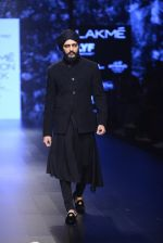 Riteish Deshmukh walk the ramp for Shantanu and Nikhil Show at Lakme Fashion Week 2016 on 27th Aug 2016 (2048)_57c2d19773ca8.JPG