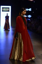 Model walk the ramp for Payal Khandwala Show at Lakme Fashion Week 2016 on 28th Aug 2016 (432)_57c3caaf33898.JPG
