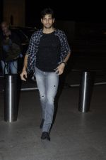 Sidharth Malhotra snapped at airport on 28th Aug 2016 (7)_57c3c30d1fc7e.JPG