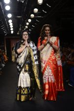 Bipasha Basu walk the ramp for Sanjukta Dutta Show at Lakme Fashion Week 2016 on 28th Aug 2016 (11)_57c540aa57b63.JPG